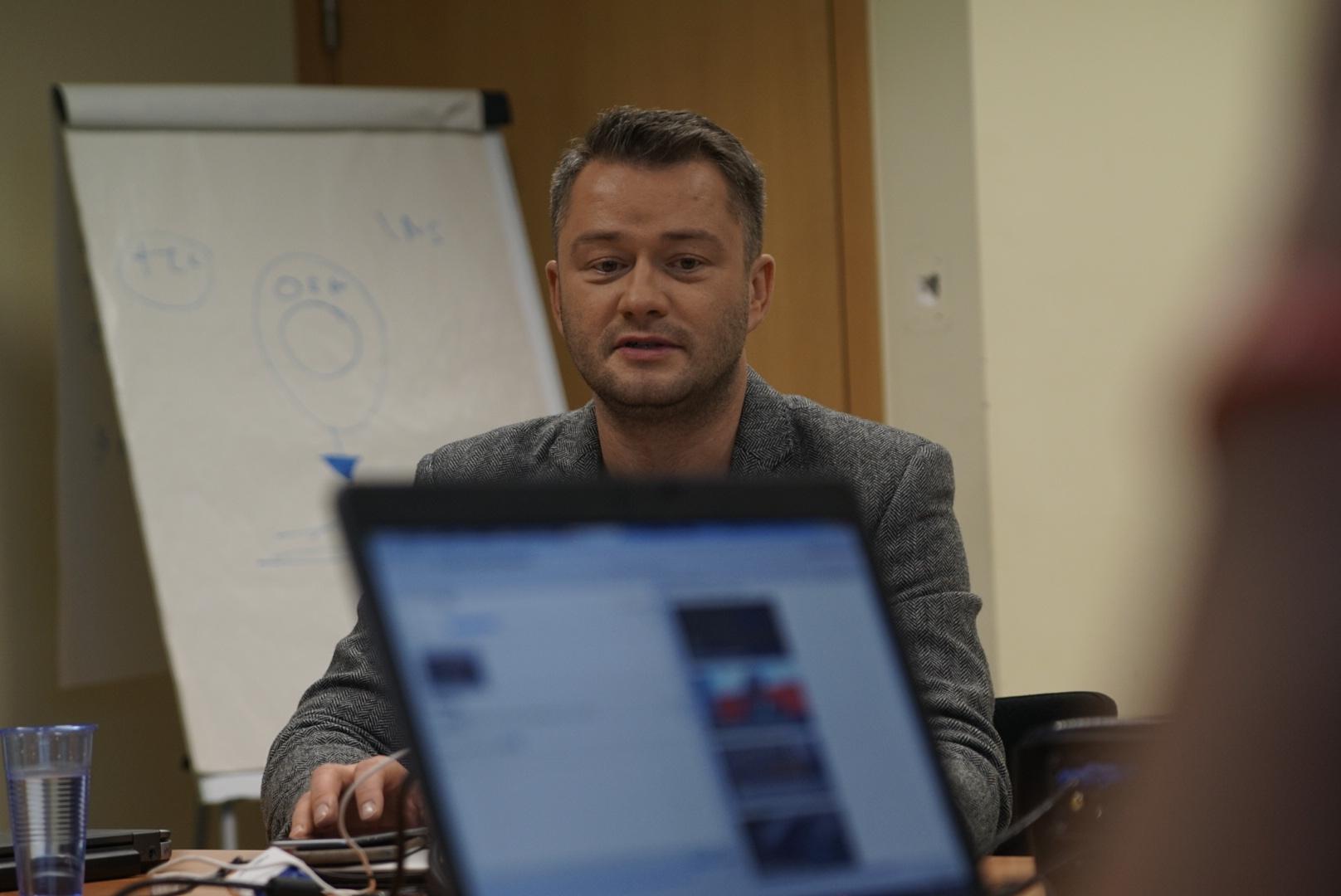 Jarosław Kuźniar prowadzący zajęcia DMC