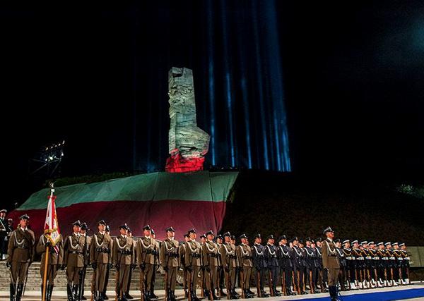 Pomnik światła podczas uroczystości na Westerplatte