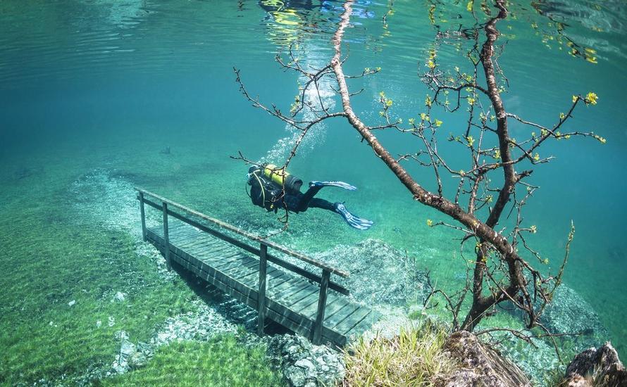 Alpejskie jezioro z fantastycznym podwodnym krajobrazem