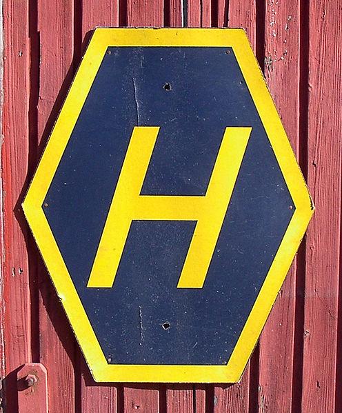 Znak drogowy przypominający kierowcom o zmianie zasad ruchu. H jest skrótem od Högertrafik, czyli ruch prawostronny.