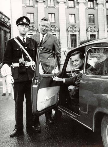 Lars Skiold odpowiedzialny za przygotowanie Dnia H (po środku) i ówczesny minister transportu Olof Palme (w samochodzie) rankiem 3 września 1967.