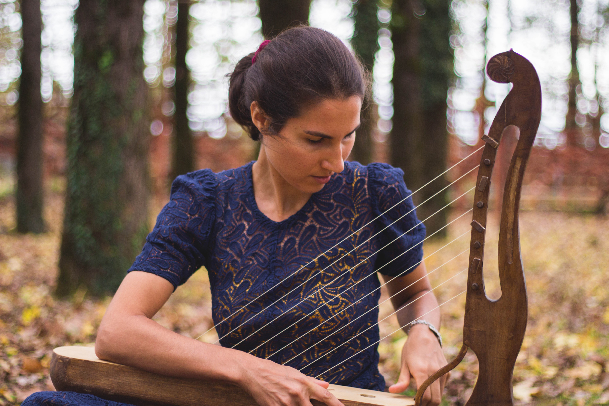 Yoanna gra na swańskim instrumencie czangi