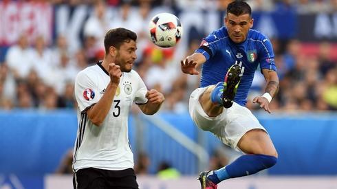 Sturaro ma za zadanie ostro walczyćz Niemcami. Tutaj w pojedynku z Hectorem