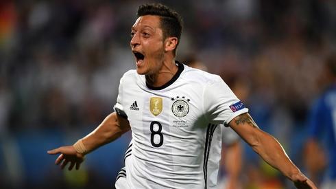 Radość Özila po strzeleniu gola