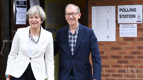 Premier Theresa May i jej mąż Philip May w Sonning. Fot. EPA/FACUNDO ARRIZABALAGA