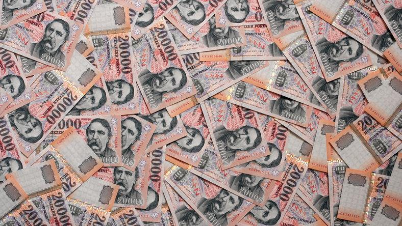 pénzt kereső ember