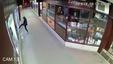 Január 16-án, hajnalban a kecskeméti Deák Ferenc tér egyik üzletének kirakatát egy kővel és a lábával betörte egy ismeretlen férfi / Fotó: police.hu