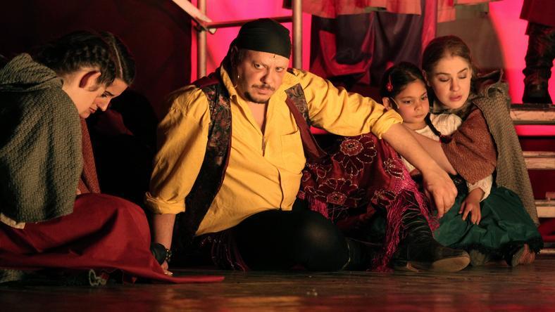 Damu Roland (középen) az Egri csillagok című musicalben alakítja Sárközi szerepét