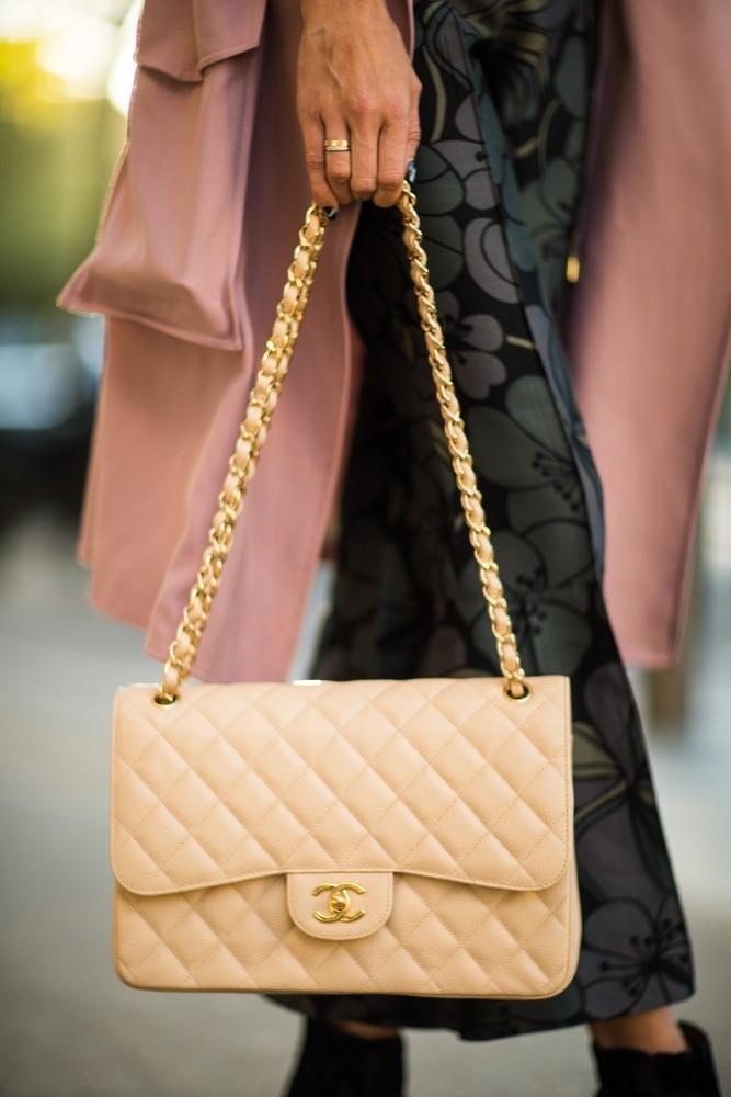 Modowa klasyka: beżowa torebka
