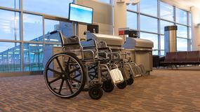 Niepełnosprawna pasażerka musiała wyczołgać się z samolotu, bo nie dostarczono jej wózka inwalidzkiego