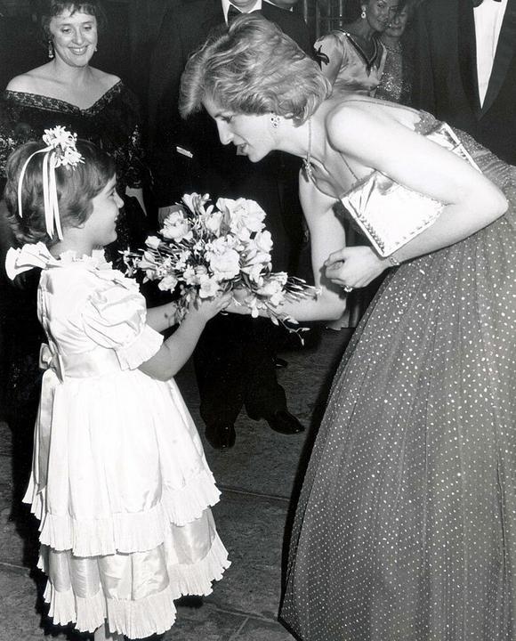 Diana hercegnő nagy szeretettel és figyelmmel bánt a gyermekekkel. Fotók: Puzzlepix