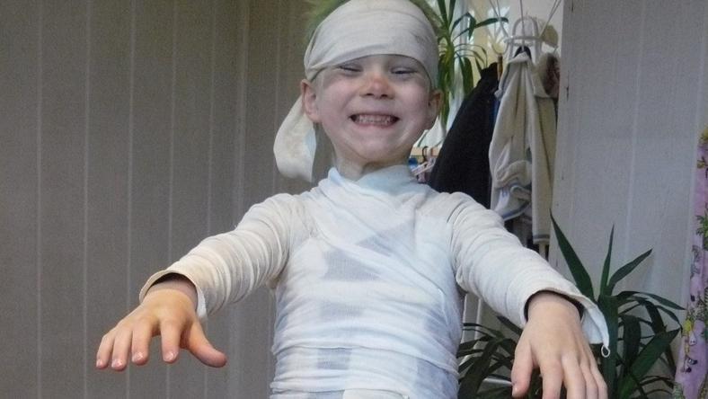Patrik egyiptomi múmiának öltözött a jelmezbálban. Anyukája, Mónika a nagyszülők fásliját használta fel a jelmezhez