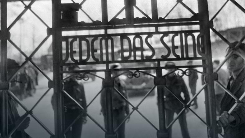 """Napis na bramie obozu w Buchenwaldzie. """"Każdemu to, co mu się należy"""""""
