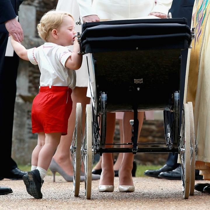 A keresztelőre menet a kis herceg ellenőrizte minden rendben van-e a testvére körül.