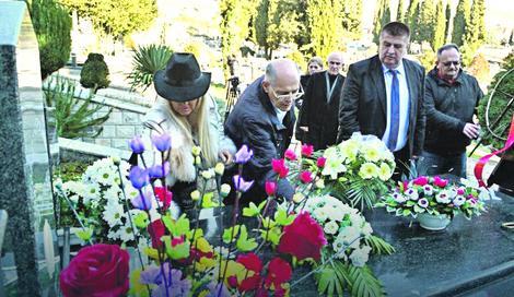 Otac Rade (u sredini) juče na sinovljevom grobu u Trebinju