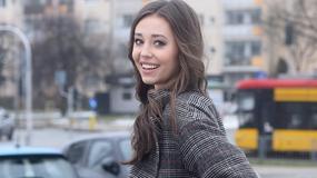 Izabella Krzan w jasnej stylizacji i gustownym płaszczu