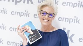 Uśmiechnięta Ilona Felicjańska promuje swoją najnowszą książkę
