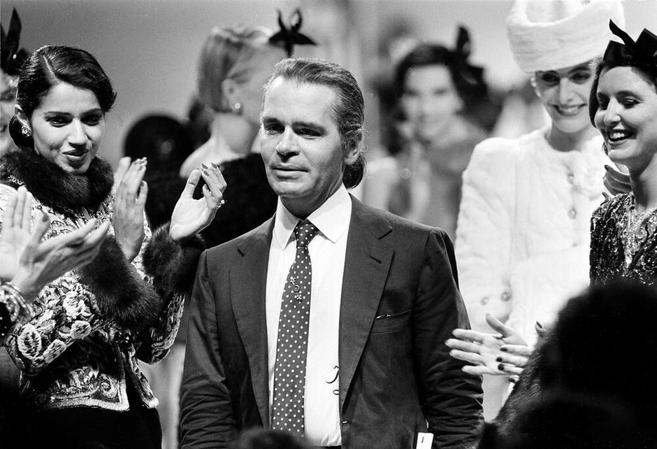Karl Lagerfeld podczas pokazu Chanel, 1983 rok