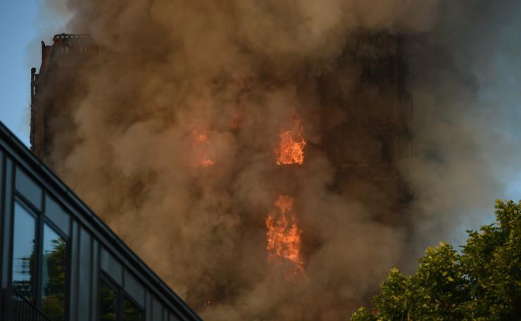 200 tűzoltó dolgozik az oltáson/ Fotó: MTI