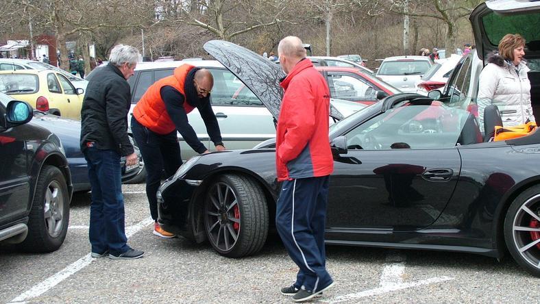 Berki a visegrádi bobpálya parkolójában babrálta autóját