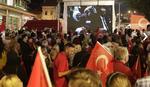 """""""Dežurstvo"""" do jutra: Građani na skupu podrške Turskoj u Sarajevu"""