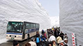 Tunel śnieżny na drodze Tateyama Kurobe Alpine Route w Japonii otwarty dla turystów; ściany mają wysokość 15 metrów