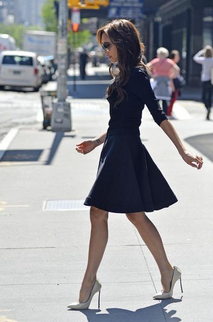 Victoria Beckham w krótkiej sukience