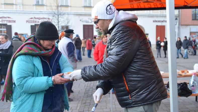 Horváth Lajos lencselevest főzött, 100 adagot osztott szét a rászorulóknak