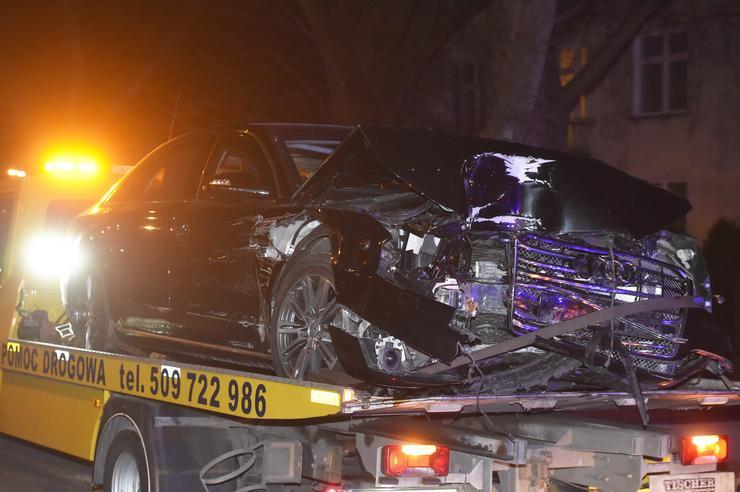 Az autó eleje felismerhetetlenségig összetört / Fotó: MTI