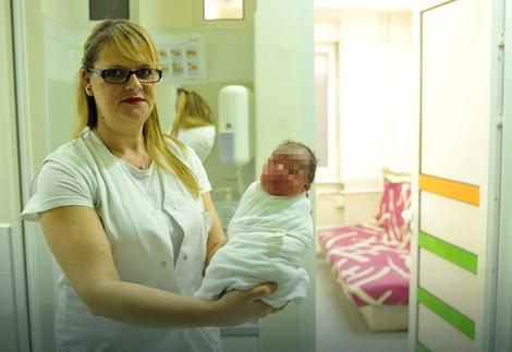"""Prva beba rođena u GAK """"Narodni front"""""""