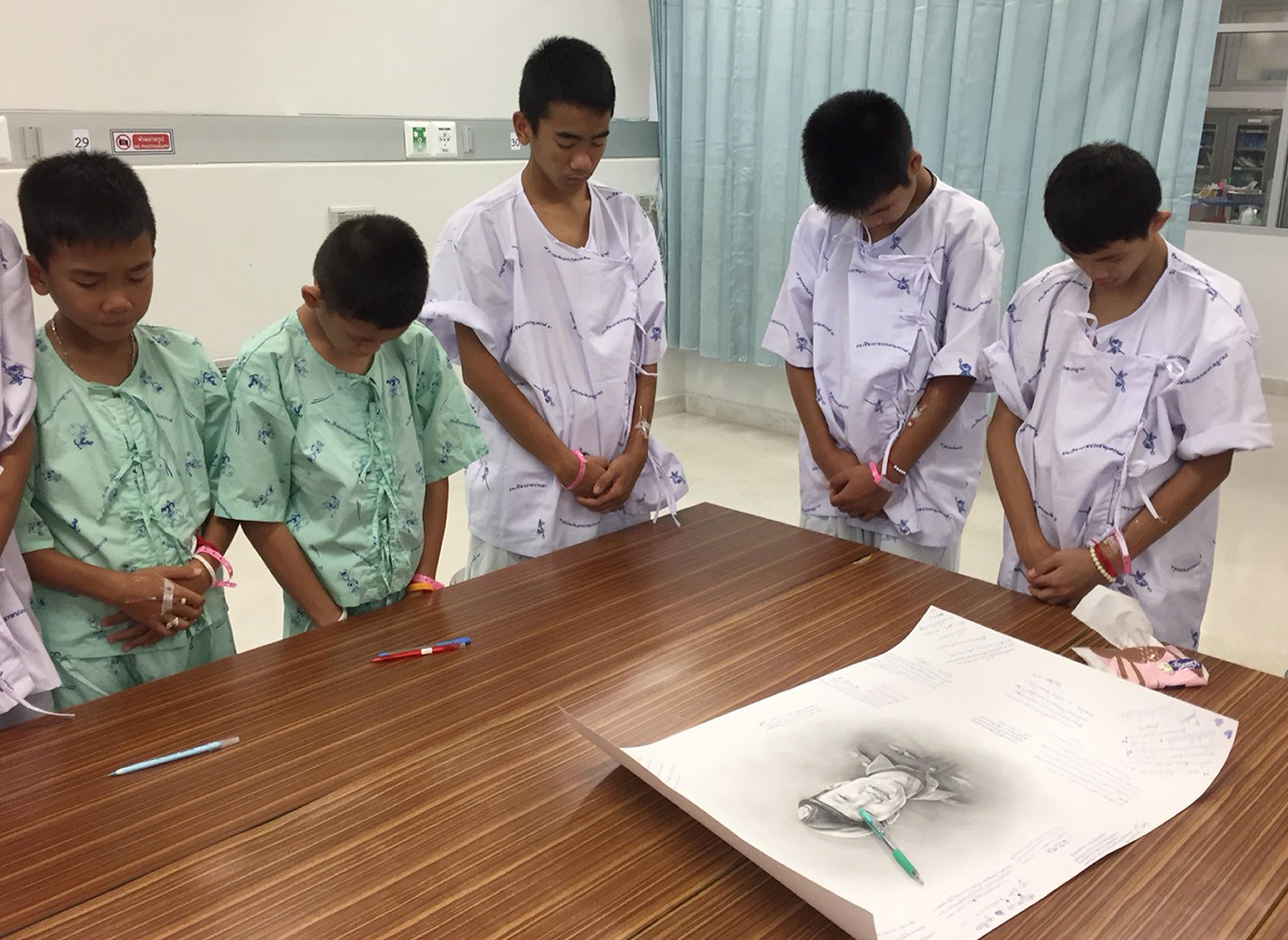 Elárulták nekik a szörnyű hírt: így reagáltak a barlangból kimentett thai fiúk a búvár halálhírére