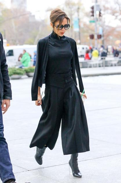 Victoria Beckham w modnych culottach