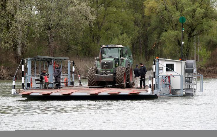 Épp egy traktort szállít /Fotó: Weber Zsolt