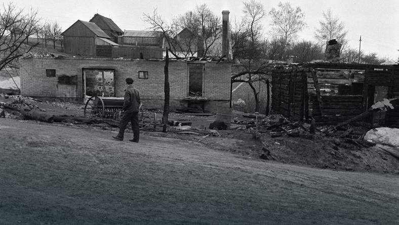 Pogorzelisko na miejscu zbrodni, fot. Włodzimierz Wawrzynkiewicz/PAP