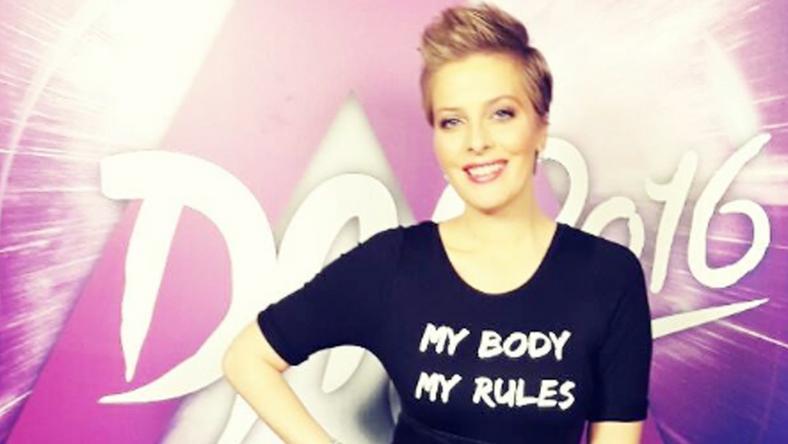 """A szombati középdöntő elején ezt a pólót viselte. A felirat jelentése: """"Az én testem, az én szabályaim"""""""