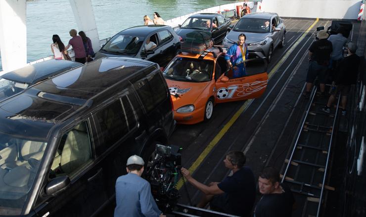 A stáb a balatoni kompon is forgatott, Lengyel Tamásnak (a narancssárga autó mellett) a másik hajóról át is kiabáltak a rajongók /Fotó: Bagi Attila