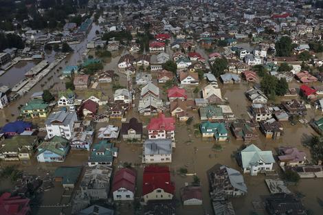 Stravične poplave biće sve češće u većem delu planete (FOTO: AP)