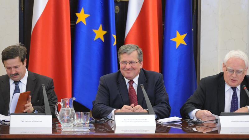 Bronisław Komorowski (w środku),fot.PAP/Andrzej Hrechorowicz