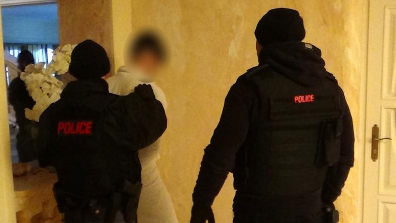 Egy tucat férfit vittek el a rendőrök, egyikük laza köntösben várta őket / Fotók: NNI