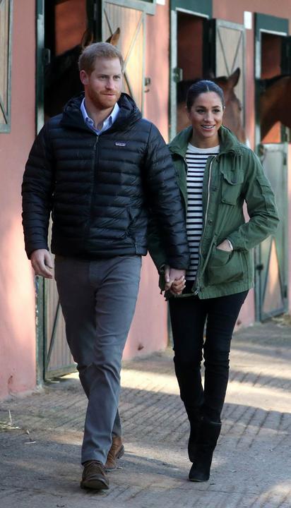 Sussex hercege és hercegnéje istállót látogatott /Fotó: MTI/EPA/Hannah McKay