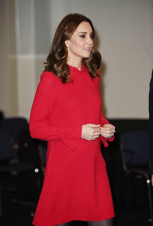 A piros ruha nyakkivágása is aranyos.