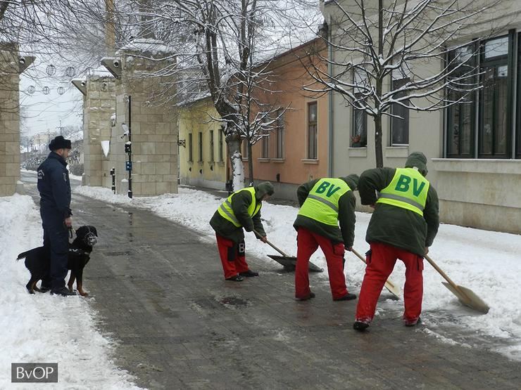 A hó eltakarításában jelenleg a Budapesti Fegyház és Börtön mellett a váci, a miskolci és a tiszalöki börtön nyújt segítséget / Foto: Blikk