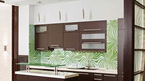 Ozdobna szyba na ścianie w aneksie kuchennym