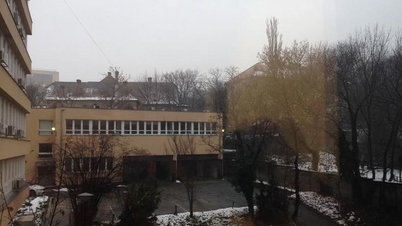 A Blikk ablakából ez a szívderítő látvány látszik - sötétség, olvadó hó