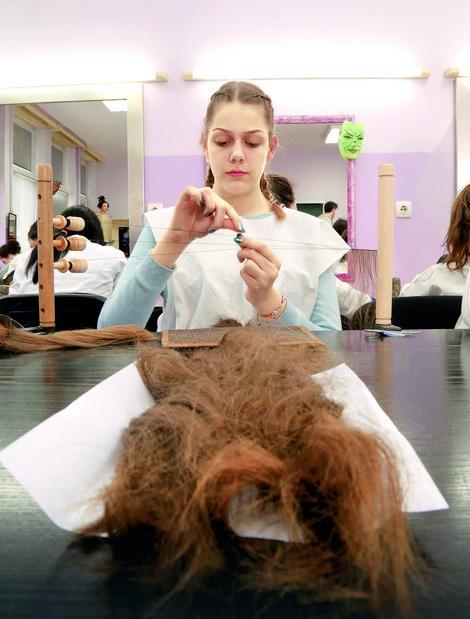 Marija Vuksanović vezuje po pet dlaka za konac, a to se zove  tresiranje