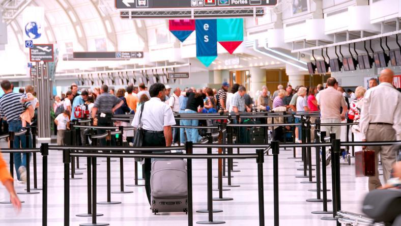 A nő a kislánnyal érkezett a reptérre, ahol úgy akarta feljuttatni a gépre, hogy elrejtette a poggyászába. /Fotó: Northfoto