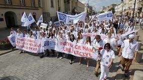 Lekarze-rezydenci chcą podwyżek. Protest w Warszawie