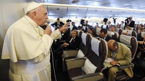 Papież Franciszek na spotkaniu z dziennikarzami podczas lotu z Korei Południowej - PAP