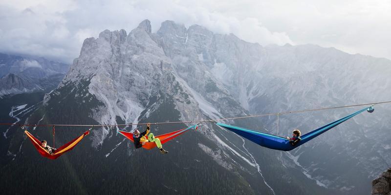 Miłośnicy highliningu chodzą na linach i śpią nad przepaścią w Alpach