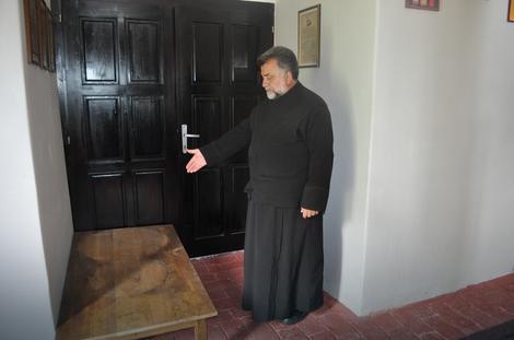 Protojerej Ratko Tobić, starešina hrama Svete Trojice, pokazuje mesto odakle su lopovi uzeli i odneli zvona / foto D.Kecic
